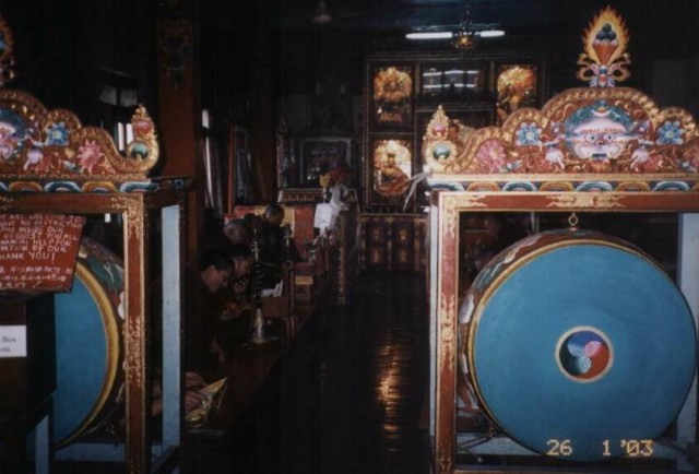 Служба в буддийском храме.