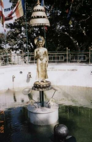 Статуя-фонтан. Будда благословляет Землю.
