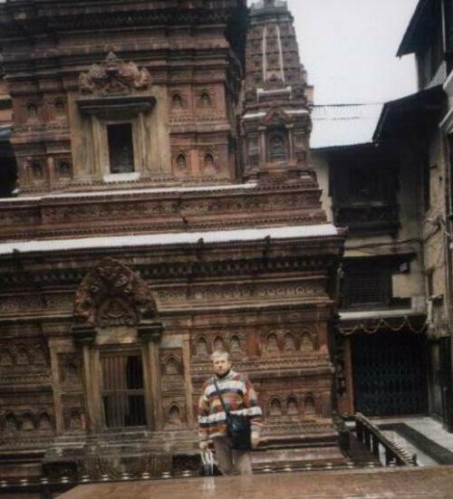 У храма тысячи Будд, придущих на Землю в нашу эпоху.
