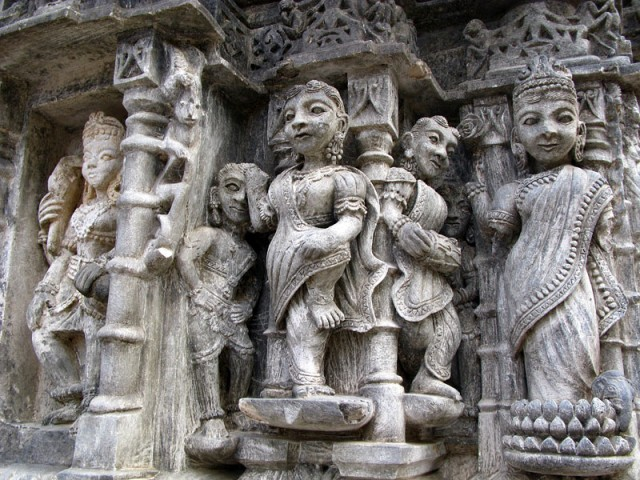 Рельефы на стенах храма Маллинатх. Гора Гирнар