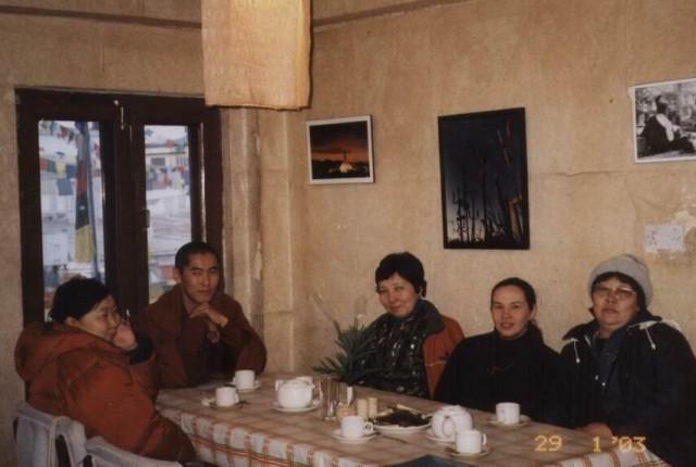 Отмечаем тибетский новый год с паломниками из Бурятии в одной из кафешек Катманду.