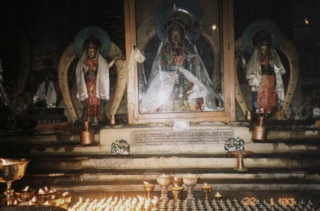 Алтарь в храме.