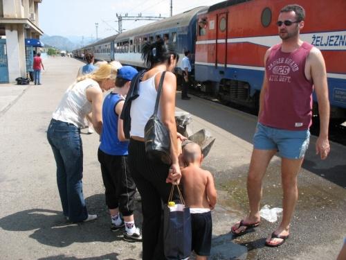 Цыганята на водопое (жд вокзал)