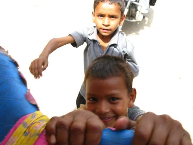 Фото дня: Вриндаванские пацаны цепляются за нашу рикшу