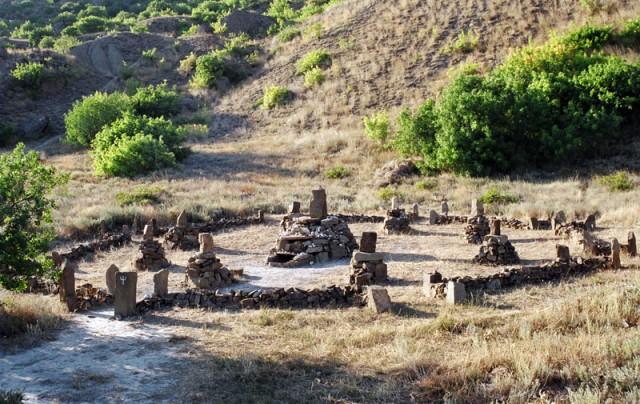 Святилище Шивы. Видите, на одном из камней знак трезубца