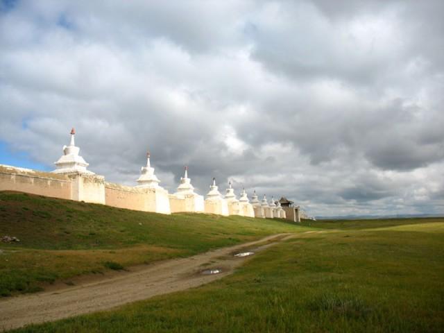Где-то там, куда уходит монастырская стена – развалины древнего Хархорина
