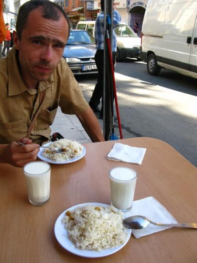 Рис с турецким горошком + стакан айрана = 1,75 лиры (1,5 бакса)