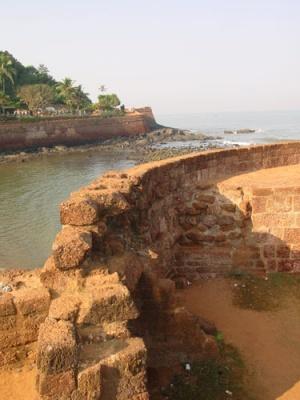 Крепостная стена у побережья форта Агуада
