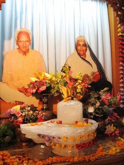Главный алтарь в Шантикундже. На алтаре портрет Гурудева Шрирам Шарма Ачарьи, основателя Гаятри Паривара, и его жены.