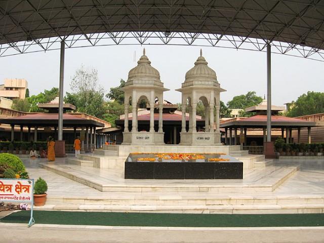 Это самадхи их обоих. За самадхи три постройки, под которыми ежедневно по утрам проводят ягьи, в которых могут принимать участие все желающие.