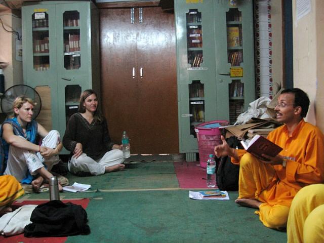 Это так у нас занятия проходили. Учителя зовут Сурабх.