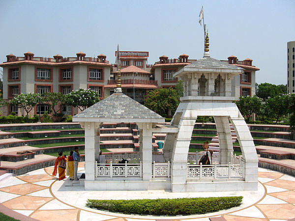 5. Открытый маленький храм Шивы во дворе Университета при Шантикундже.