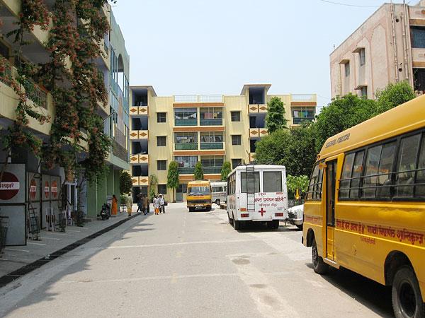 автобусная стоянка в Шантикундже.