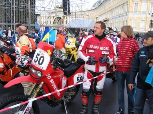Старт пробега С-Петербург-Астана-Пекин. За Казахстан выступает только один мотоциклист.