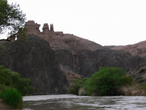 Это река Чарын, которая протекает внизу
