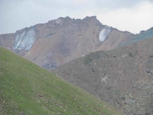 Трава кончилась. Начинаются камни. Чуть выше ледники. Высота под 3 тыс.м. над уровнем моря.