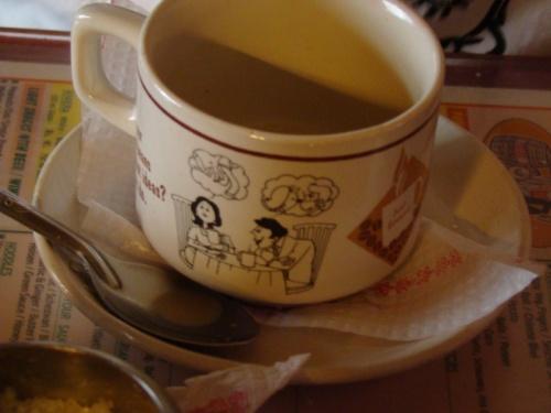 чашка кофею в Мумбае в супер-кафе Mondagar