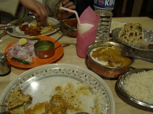 обед в Дели: чикен тикка, банана ласси, гарлик нан и т.п.