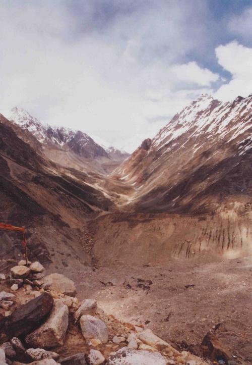 Вид от озера на долину Нандован.а внизу сыпуха ведущая к леднику.по которой я каталась