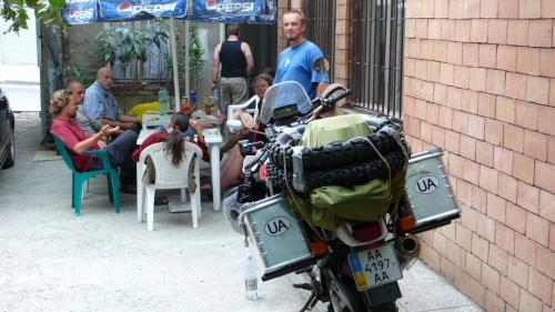 В компании бекпекеров в тбилисском дворике.