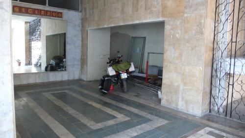 Мотоцикл припарковал прямо в пустом вестибюле