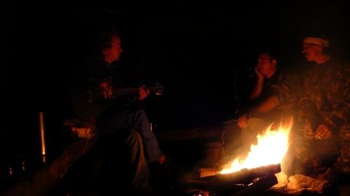 В зимовье. Слева направо: Рома, знакомец, огнепоклонник из Томска