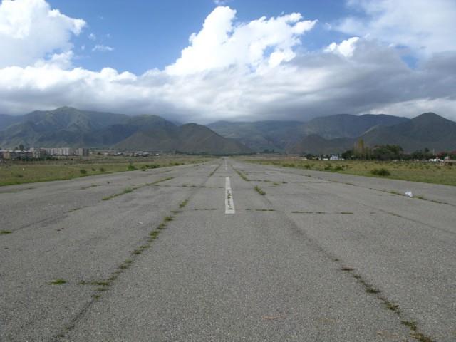 Заброшенная взлетная полоса в Чолпон-Ате