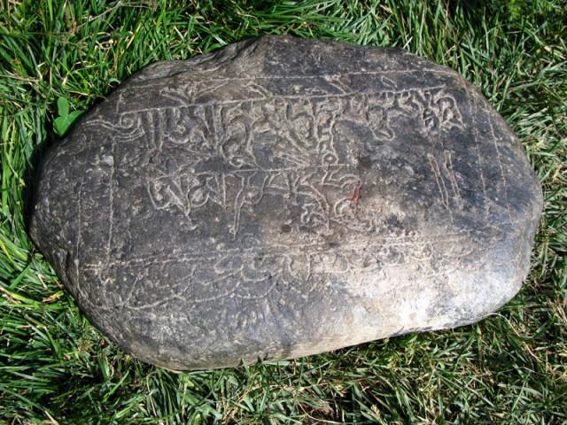 Камень с тибетской мантрой