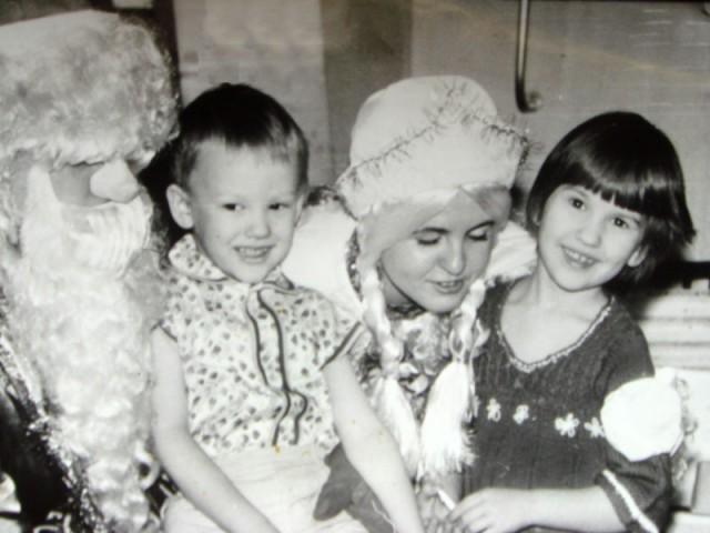 Нас с братиком поздравляют дед Мороз и Снегурочка (прикол, но мы тогда верили, что они настоящие)))