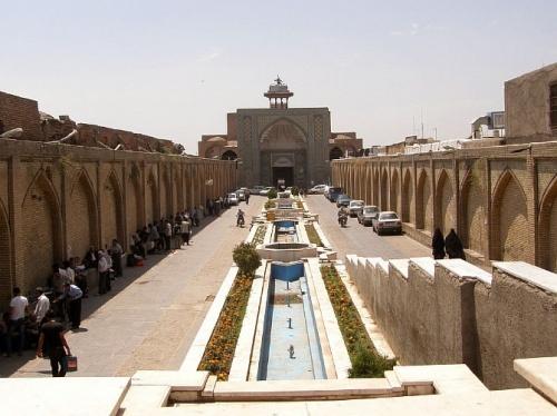 Чем-то напоминает мечети в Индии? Но это и понятно – и там, и там строили персы