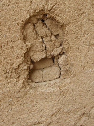 Стены строятся из кирпича, затем обмазываются саманом