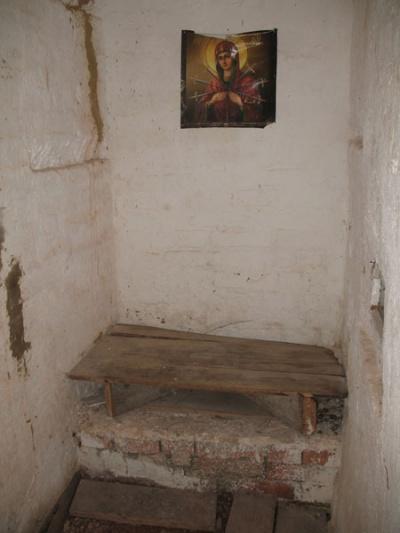 Келья монаха в стене