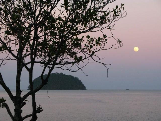 Покатался - можно и перекусить под восходящей Луной...