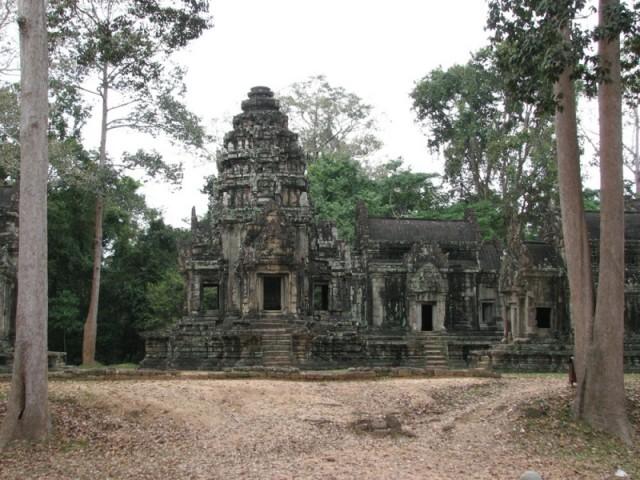 За пределалми Ангкор Тома. Томаннон. Небольшие храмы после реставрации