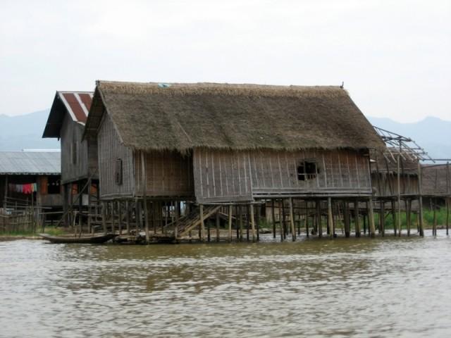 Деревни на сваях в водах озера