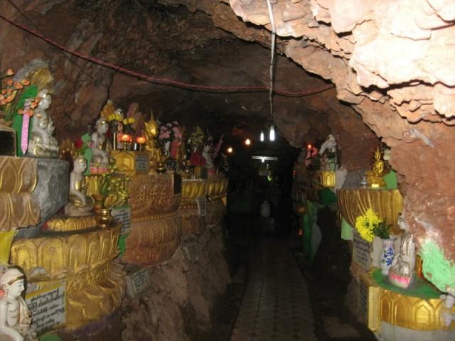 Внутри пещерного храма