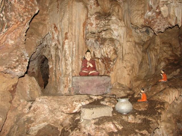 Внутри не освещенной пещеры