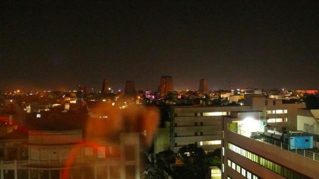 С нашы крыши-шиши вид ночной - Луну забыли повесить, и Храм на термитникк похож - реставрируют.