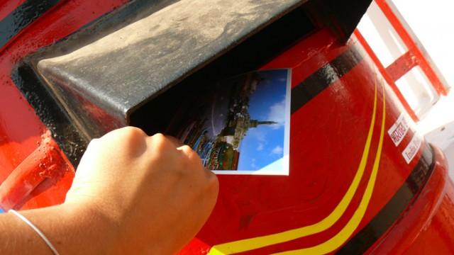 отправля друззя открытко.ето стоит: окритко + 12 рупий марки. Интересное занятие.