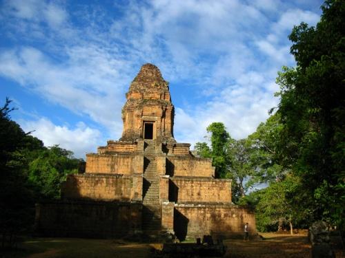 Храм Baksei Chamkrong похож на пирамиду древних майя