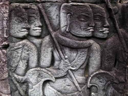 Профили средневековых кхмеров на стенах храма Байон. Ангкор Том