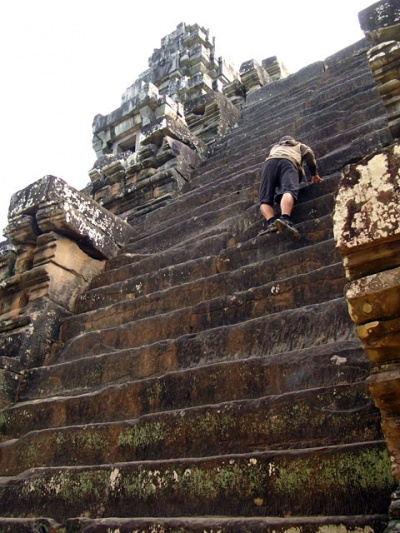 Эта лестница – самая крутая в Та Кео, и мы на нее таки полезли.