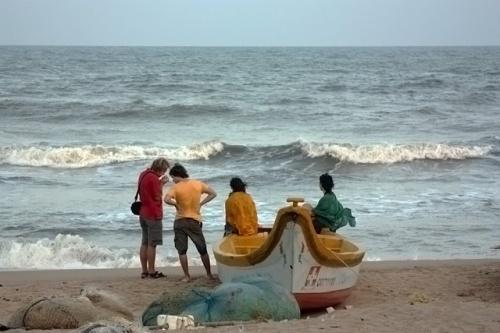 Весь пляж усеян рыбацкими лодками и сетями, их здесь десятки.