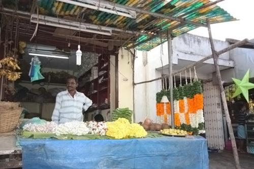 Торговец цветами обещал отдать во-о-от такую гирлянду за 40 рупий. Отказали, тоже мне тяжести таскать.