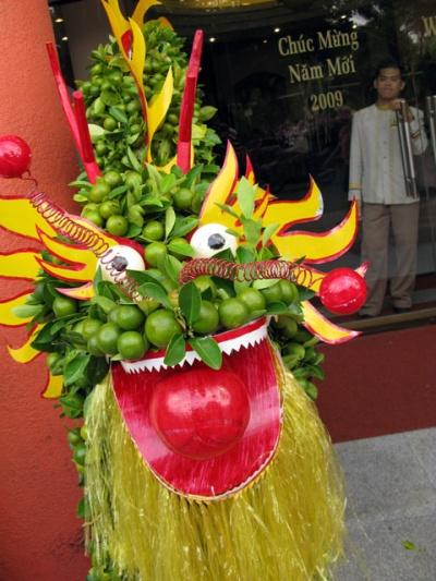 С Новым годом! Этот дракон сделан из живого мандаринового дерева