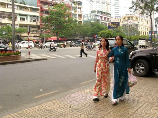 Предновогодние вьетнамки в национальных одеждах