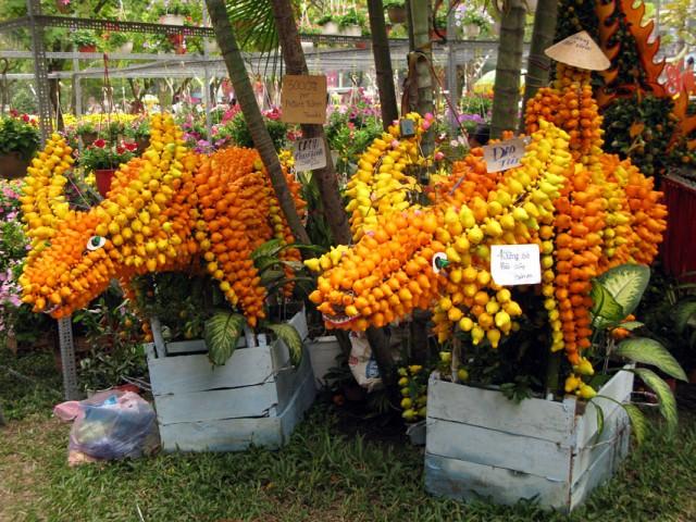 Быки, символы наступающего года, сделанные из диковинного растения