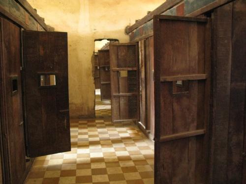 Школьные классы были поделены на крохотные камеры, где узников держали прикованными к полу.