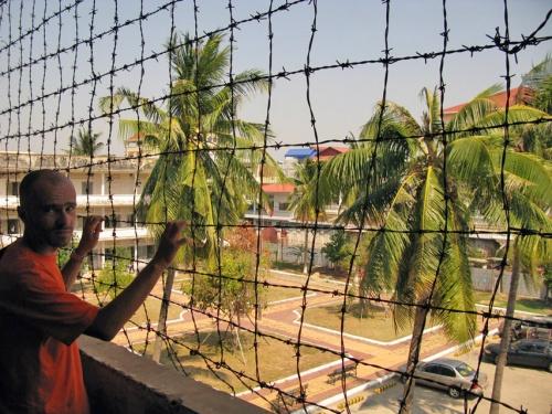 Балкон школы обнесен колючей проволокой - чтобы никто не спрыгнул с конвеера раньше времени.