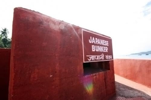 Во время второй мировой, японцы аккупировали Андаманские острова. На острове Росс видны следы их присутствия - бункеры с бойницами.